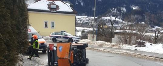 Räumfahrzeug umgestürzt