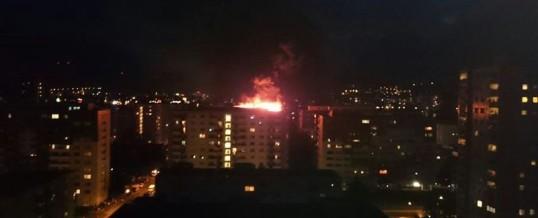 Hochhausdach in Flammen
